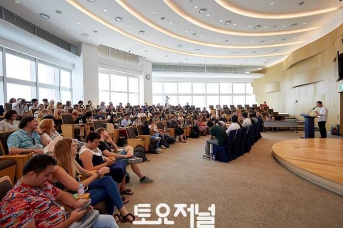 롯데월드타워를 방문한 전 세계 웹 페스트 관계자들.jpg