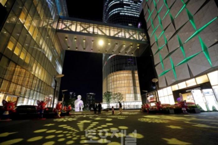 사진 5. 롯데월드타워 에비뉴엘 브릿지에 설치된 고보라이트에서 조명 쇼가 펼쳐지고 있다.jpg
