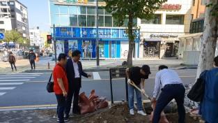 강동구의회 방민수 의원, 암사종합시장 홍보 위한 조형물 설치현장 점검